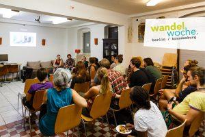 MakeSpace, Teil einer Tour der Wandelwoche, stellen ihre Idee vor.